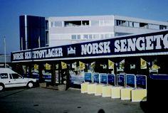 """""""Nordmændene var kommet til penge, og de skulle bruges. Det ville jeg da gerne hjælpe dem med,"""" fortæller Lars Larsen i sin selvbiografi. Derfor vælger han at åbne Jysk Sengetøjslager i Sandnes nær Stavanger i 1988. Efter få måneder bliver navnet ændret til 'Norsk Sengetoylager' – efter råd fra sine norske partnere, der mener, at nordmænd har en stærk nationalfølelse. Derfor kommer 'norsk' til at indgå i navnet. I 2002 ændres navnet til JYSK."""