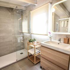 Aquí os muestro la vista general del baño. Con una práctica ducha con plato de resina y mampara fija, y
