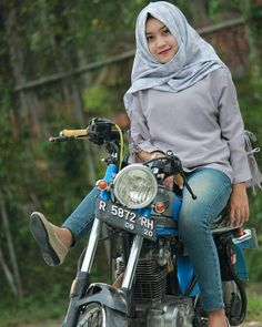 "Duhai@!?...cewek anggun dara""..  Usah dikau?..mengangkang dimotor'spedar nanti bisa@!?.. Melecatt!?..punggungnya duduk yg betul 'benaran' tuh?..🤔😉😗 Beautiful Hijab, Beautiful Women, Hijab Jeans, Drag Bike, Fine Girls, Girl Thinking, Scooter Girl, Islamic Fashion, Lady Biker"