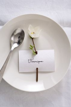 Marque Place Végétal 'Papier' The simplest place card Wedding Place Cards, Wedding Table, Diy Wedding, Wedding Flowers, Wedding Card, Place Settings, Table Settings, Deco Floral, Floral Design