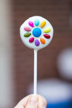 Oreo pops decorated with the Daisy Girl Scout logo: the blue (M&M) Promise Center and 10 (sunvlower seed) petals. Girl Scout Logo, Girl Scout Leader, Girl Scout Troop, Oreo Cookie Pops, Oreo Pops, Oreo Cookies, Daisy Party, Candy Logo, Types Of Candy