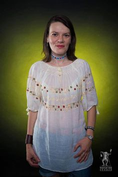 The traditional Romanian Label blouse is sourrounding Iulia's body in natural and fresh hug! International Day, Hug, Cool Pictures, Beautiful People, Label, Sari, Tunic Tops, Fresh, Traditional