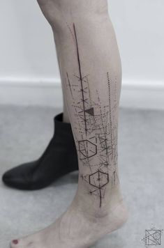 Nikos tattoo Paris; De l'art ou du cochon; abstract geometric tattoo