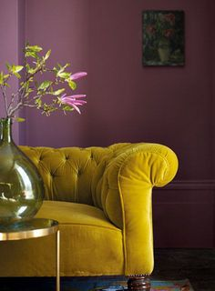 Gold/ green velvet sofa, vintage green glass vase and rich pink walls. Pink Walls, Home And Deco, Colour Schemes, Sofa Colour Combinations, Color Trends, Colour Combo, Interiores Design, Colorful Interiors, Home And Living