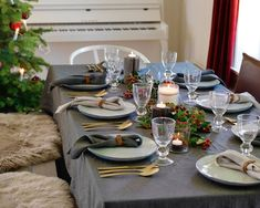 Tips for riktig borddekking Christmas Table Settings, Christmas Table Decorations, Skate Party, Formal Dinner, Dough Bowl, Thanksgiving Tablescapes, White Dishes, White Candles, Holiday Dinner