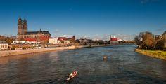 Magdeburg (Sachsen-Anhalt): Magdeburg ist die Landeshauptstadt von Sachsen-Anhalt. Die Stadt an der Elbe ist eines der drei Oberzentren von Sachsen-Anhalt und steht mit 229.924 Einwohnern (Stand 31. Dezember 2012) auf der Liste der Großstädte in Deutschland unter den ersten Vierzig. Das Wahrzeichen ist der Magdeburger Dom.  Erstmals urkundlich erwähnt im Jahr 805, wurde Magdeburg 1882 mit über 100.000 Einwohnern zur Großstadt und erlebte eine kaum mit anderen Städten in Mitteleuropa…
