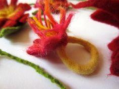 Ein gefilzter Ring mit Blume