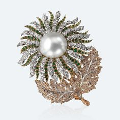 Raggio di Sole Brooch A large spherical pearl surrounded by thick petals of emeralds and diamonds attracts the sunbeams. The white, yellow and pink gold recall the glimmers of dawn and sunset, alternating warmer and colder lights. The leaves are a masterpiece of inlay and the rose-cut diamonds appear skillfully interwoven inside them.