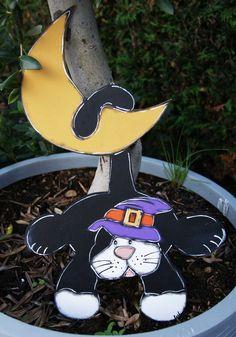 Black cat hanging on the moon - halloween decoration de la boutique LULdesign sur Etsy Chat Halloween, Halloween Decorations, Boutique, Christmas Ornaments, Holiday Decor, Etsy, Home Decor, Wooden Pumpkins, Halloween Wreaths