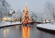 Bourton on the Water is an idyllic village in the beautiful Cotswolds. Cosy Christmas, Victorian Christmas, Christmas Ideas, Bourton On The Water, British Countryside, Free Park, Country Scenes, British Isles, Best Cities