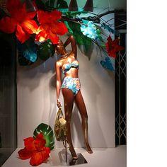 WEBSTA @ joaninhabrasil - Nossas vitrines estão quentes e no clima da nova estampa Aquarela Tropical, visite uma das nossas lojas, confira as novidades e curta dias de sol com conforto e exclusividade | ☀⚓#joaninhabrasil#colecaoresort...#beachwear #swimwear #beach #praia #resort #modapraia #moda #fashion #visualmerchandising #merchandise #designer #windowdisplay #vitrine #creative #store #loja #summer #swimwearfashion #swimming #blessed #vacation #summers #summertime #verao #pool #cool