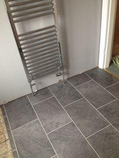 coste azulejos del ba o Grey Bathroom Wall Tiles, Vinyl Flooring Bathroom, Luxury Vinyl Tile Flooring, Bathroom Vinyl, Hallway Flooring, Vinyl Tiles, Diy Flooring, Stone Flooring, Kitchen Flooring