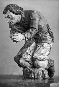 """ALEIJADINHO. """"Pastor ajoelhado"""", figura do presépio em roca da igreja de São Francisco de Assis (atualmente no Museu da Inconfidência). Fotografia Horacio Coppola / Acervo Instituto Moreira Salles"""