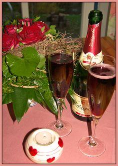 """Leider gibt es keinen Rosé-Rotkäppchen Sekt in der Schweiz...aber eine Rosé Tischdecke und ein Rosé Bildrand ist ja sooooo schlecht auch wieder nicht... und den Rubin-Rotkäpchensekt ist ein """"Mitbringsel von Rügen"""" :)"""
