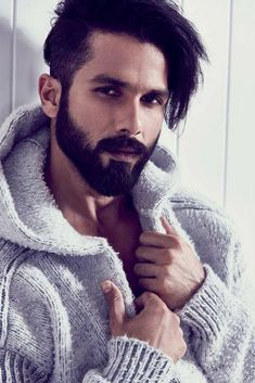 The remake of Woh Kaun Thi is coming and Padmaavat actor Shahid Kapoor is all set to play the role of Manoj Kumar In the Remake of Woh Kaun Thi Bollywood Hairstyles, Hairstyles For Gowns, Best Beard Styles, Hair And Beard Styles, Hair Styles, Bollywood Actors, Bollywood Celebrities, Photography Poses For Men, Editorial Photography