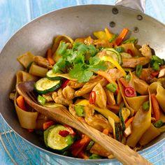 Kyllingwok er ypperlig når du ønsker en sunn og rask middag. Hakk opp alle ingrediensene, stek kjøtt og grønnsaker i to raske omganger, bland sammen sausen – og server.