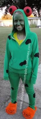 I got the idea for this Homemade Frog Costume from another costume on this website for a toddler, and adjusted it for me. I went to a local thrift store an Frog Costume, Local Thrift Stores, Homemade Costumes, School Fun, Costume Design, The Little Mermaid, Costume Ideas, Thrifting, Jr