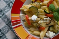 Pasta met courgette, paprika en mozzarella (warm of koud)