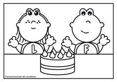Frokkie en Lola met verjaardags taart Hoera, er is er een jarig. Hoera, hoera! Frokkie en Lola zijn jarig en dat wordt gevierd met deze heerlijke aardbeientaart! Of maak jij er een chocoladetaart van