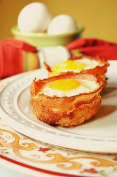 Bacon and Egg Cups. Preheat your oven to In a muffin pan, place a piece of bacon into each hole. Press it down and crack an egg into each piece of bacon. Cook for approx. Muffin Tin Recipes, Bacon Recipes, Brunch Recipes, Breakfast Recipes, Healthy Recipes, Healthy Food, I Love Food, Good Food, Yummy Food