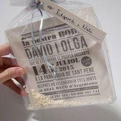 En lugar de sobre esta invitación se entrega en una bolsa con un poco de arroz