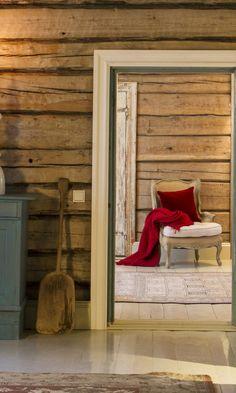 Taidekeraamikko Anu Pentikin tunnelmallinen porokartano | Meillä kotona Cottage Homes, Country Style, Entryway Bench, Beautiful Homes, Cabin, Interior, House, Furniture, Christmas