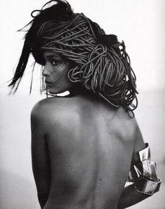 * Fleur du désert - WARIS DIRIE-    née en 1965 dans la région de Gallacio en Somalie,  écrivain, ancien mannequin et actrice. Elle a été, durant plusieurs années, ambassadrice de l'ONU, chargée des questions de mutilations sexuelles-