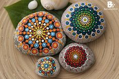 Mandala Stones Gallery with amazing ideas and tutorials to paint the colorful stones yourself. Mandala Rocks, Mandala Art, Mandala Pattern, Mandala Design, Dot Painting, Stone Painting, Stone Gallery, Meditation Stones, Stone Pictures