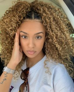 26 Likes 0 Kommentare Inspire Yourself und Inspire (Tracey Garrett. Dyed Curly Hair, Colored Curly Hair, Dyed Natural Hair, Curly Hair Styles, Natural Hair Styles, Baddie Hairstyles, Pretty Hairstyles, Highlights Curly Hair, Balayage Hair
