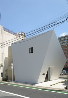 Modern Architecture Design, Japanese Architecture, Beautiful Architecture, Small House Exteriors, Narrow House Designs, Crazy Houses, Unusual Homes, Architectural Features, Japanese House