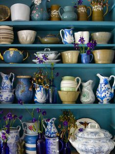 Cupboards filled with ceramics in all shades of blue Love Blue, Blue And White, Blue Brown, Decoration Bedroom, Vintage Flowers, Chinoiserie, Kitchenware, Tableware, Kitsch