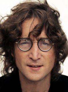 John Lennon (9 de octubre de 1940 – 8 de diciembre de 1980) : «Los que estéis en los asientos más baratos aplaudid, los que estéis en los más caros simplemente haced sonar vuestras joyas»