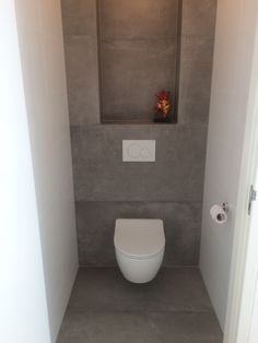 Betonlook tegels toilet grijs cercom gravity cm Concrete look tiles toilet gray cercom gravit Toilet Room Decor, Small Toilet Room, Guest Toilet, Downstairs Toilet, New Toilet, Guest Bathrooms, Small Bathroom, Bathroom Storage, Small Toilet Design