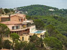 Испания - Продается прекрасный современный дом на побережье Коста Брава Вилла, площадью 621 м2, включает в себя просторную гостиную с выходом на террасу, 5 спальных и 4 ванные комнаты, гостевой туалет, кухню, библиотеку, игровую комнату, спортзал, хозяйственные помещения и гараж на 4 машины. На ухоженном участке 1575 м2 большой бассейн и беседка. Цена: 1 495 000 евро #элитнаянедвижимость #RealEstate #luxuryproperty #КостаБрава #Barcelona #зарубежнаянедвижимость #property #CostaBrava…