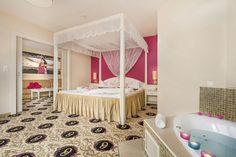 Honeymoon-Suite Typ B - Schlafzimmer mit Whirlpool Hotel Alpen, Toddler Bed, Room, Furniture, Home Decor, Environment, Luxury, Bedroom, Child Bed
