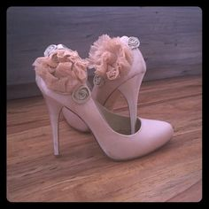 Rsvp Pumps With Flower Detail
