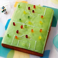 Eine Geburtstagstorte im XL-Format und und viel Marzipan. Somit ideal für eine … A birthday cake in XL format and and a lot of marzipan. Ideal for a large crowd of small football and marzipan fans. Photo Cupcake, Football Field Cake, Soccer Birthday Parties, Birthday Cake, Soccer Party, Football Party Foods, Football Parties, Kids Soccer, Beaux Desserts