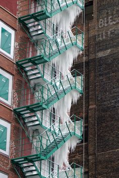 A Top Floor Sprinkler Leak Creates a 21-Story Tower of Icicles on a Chicago Fire Escape | Colossal