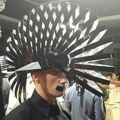 Bekerja sama dengan @tierohpl desainer aksesori kenamaan Indonesia @rinaldyyunardi menampilkan rangkaian headpiece hasil imajinasinya atas perkotaan metropolis. Dominasi warna terang hitam dan sesekali perak menghias kepala model yang semuanya berbalut busana @trihandoko yang mencirikan gaya personal pria kelahiran Medan itu. #graziafashion #tieroxrinaldyyunardi  via GRAZIA INDONESIA MAGAZINE OFFICIAL INSTAGRAM - Fashion Campaigns  Haute Couture  Advertising  Editorial Photography  Magazine…