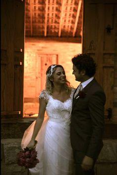 Muito amor! ✨ Linda demais a nossa noivinha Olivia de head piece Graciella Starling e wedding dress #AtelierCarlaGaspar.