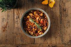 Ovenschotel met chorizo en bruine bonen - 24Kitchen Chorizo, Food Tattoos, Slow Cooker, Chili, Soup, Ethnic Recipes, Lunches, Kitchen, Salad