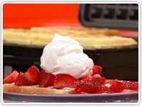 3 ingredient Strawberry Shortcake Waffles - pound cake mix + strawberries + whip cream (and your waffle iron) Yummy Treats, Delicious Desserts, Dessert Recipes, Yummy Food, Sweet Treats, Breakfast Crepes, Breakfast Meals, Waffle Maker Recipes, Love Eat