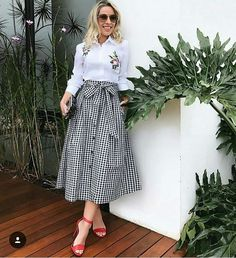 Skirts are a very popular mix all year round. Girls who learn to use skirts to change the overall proportion and create everyday wear must… Modesty Fashion, Hijab Fashion, Girl Fashion, Fashion Dresses, Casual Skirt Outfits, Classy Outfits, Modest Dresses, Modest Outfits, Fashion Clothes