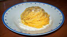 Pulire la zucca e tagliarla a dadini.Metterla in una teglia,condire con olio sale e pepe e cuocere in forno a 200° fino a che non diventa morbida