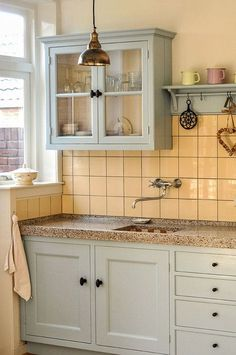 Over the years, many people have found a traditional country kitchen design is just what they desire so they feel more at home in their kitchen. Cozy Kitchen, Kitchen On A Budget, Country Kitchen, New Kitchen, Vintage Kitchen, Kitchen Dining, Kitchen Decor, Kitchen Cabinets, Kitchen Ideas