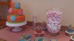 Mesa dulce con tarta de naranja y chocolate