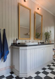badrum kommod speglar golv väggar Laundry Room Bathroom, Bathroom Toilets, Bathroom Inspo, Country Style Bathrooms, Modern Country Style, Plank Walls, House Built, Beautiful Bathrooms, Modern Decor