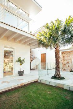 Dream House Exterior, Exterior House Colors, Interior Exterior, Exterior Design, Weatherboard Exterior, Palm Springs Houses, Modern Coastal, Tropical Houses, Facade House