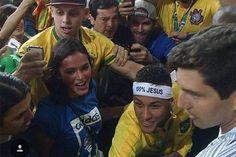 Neymar é flagrado comemorando com Bruna Marquezine, no Maracanã