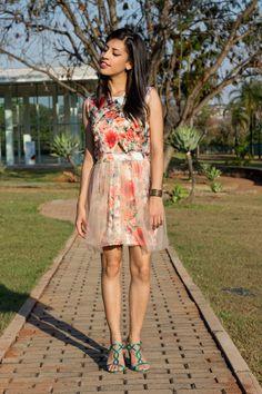 Look: vestido floral com tule